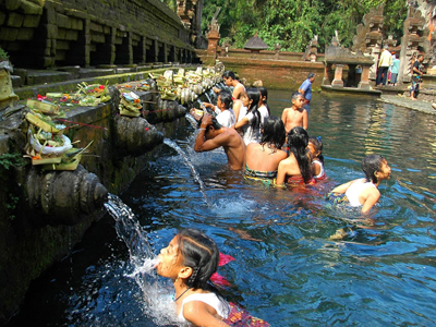 Kintamani tour includesg a refreshing dip at Tirta Empul