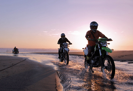 Tanah Lot dirt bike tourat sunset on the beach is a fun way to explore Tanah Lot. Easy to challenging routes for novices to advanced.