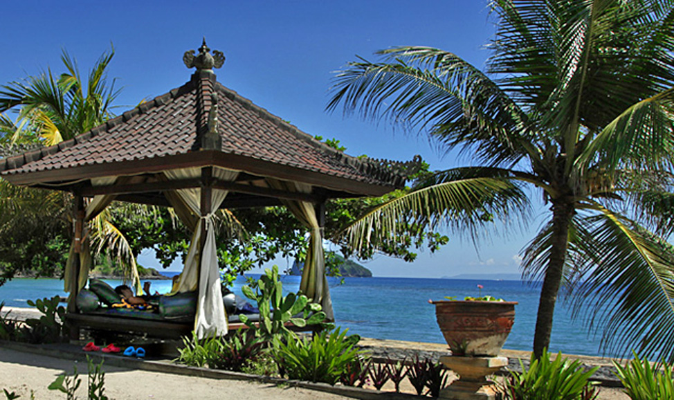 things to do in Bali -Candidasa, 5kms north east is Pasir Putih, one of East Bali's well-kept secrets, a long, white sand beach fringed with coconut palms.