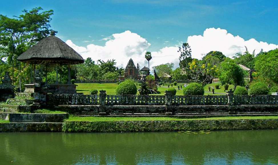 things to do in Bali - Taman Ayun Temple, West Bali, set in beautifully landscaped gardens and surrounded by a moat, a must see stop on any Tanah Lot tour.